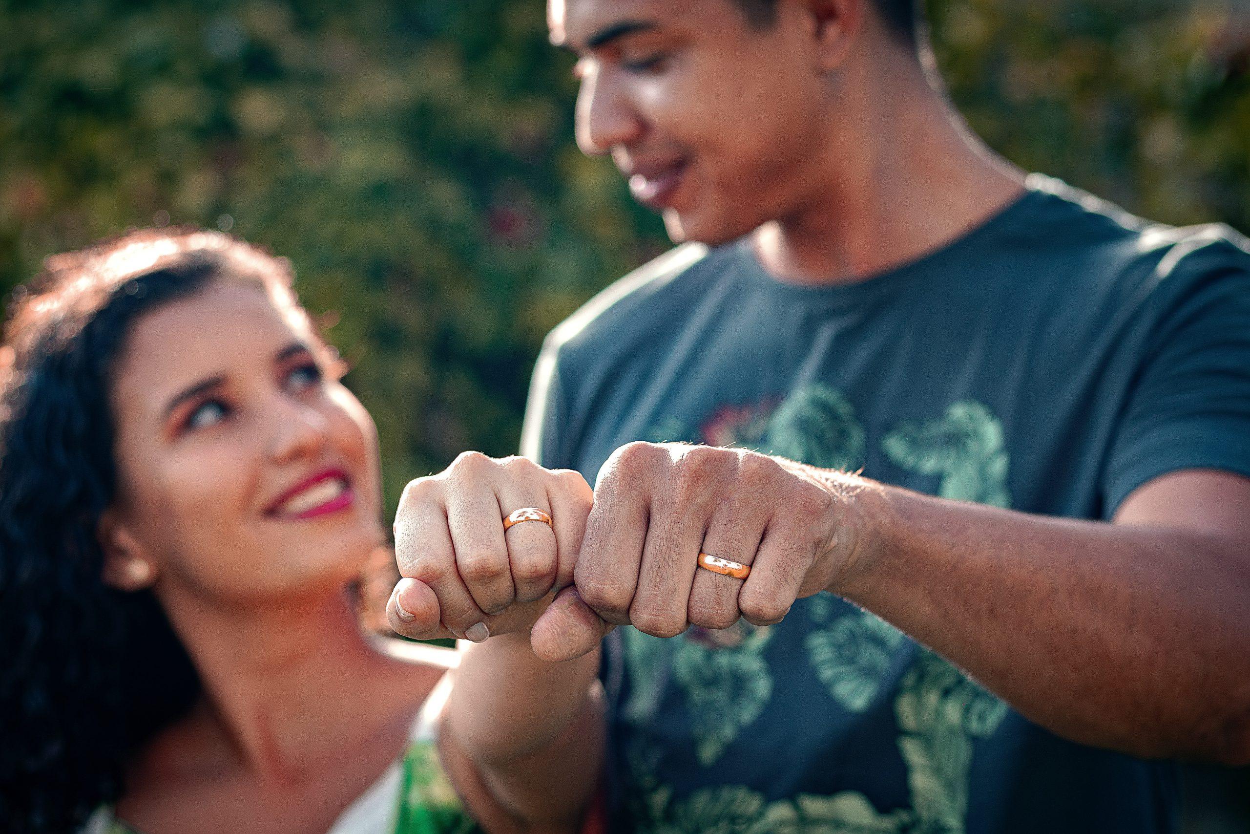 Un couple portant des alliances sur leur main